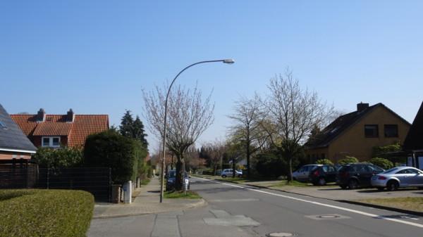 Wie hier beim Bardenweg beleuchten die Straßenbeleuchtung oftmals die Straße und nicht den Fußweg