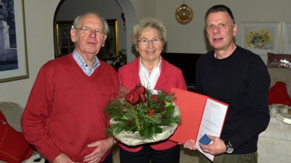 ubilarin Renate Jenzen (Mitte), Hansheinrich Jenzen (links) und Ortsvereinsvorsitzender Michael Feske (rechts)